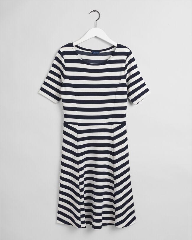 Randig utsvängd klänning