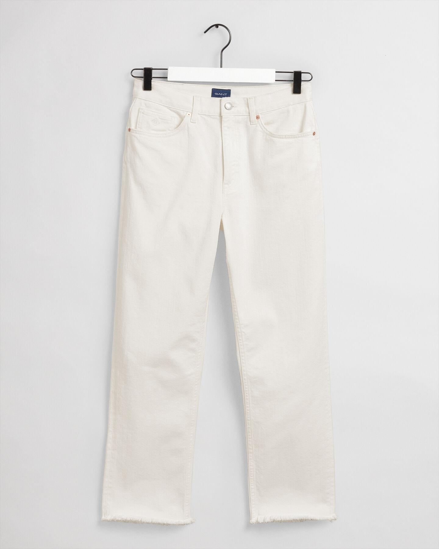 Jeans i écru med raka, något kortare ben och hög midja