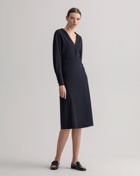 Utställd klänning med luftiga ärmar